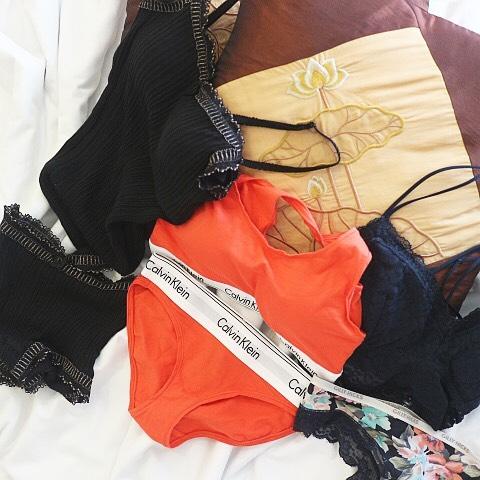 旅に持っていったランジェリーたち左から、KID BLUE @kidblue_official Calvin Klein @calvinklein Hollister @hollisterco それぞれの詳細はブログにて・旅は動きやすさが1番。そして、服から見えてても、ホテルの部屋でランジェリー姿でも、かわいいものがいい。photo @9noah5 #charmingjournal#lingerie #バスト大きめさんの味方